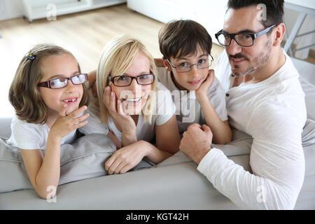 Familie von vier Brillen tragen - Stockfoto