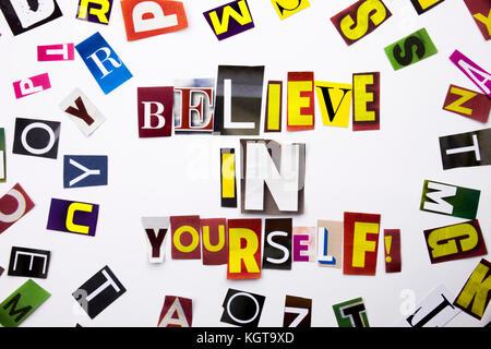 Ein Wort Schreiben von Text, Konzept der Glauben an sich selbst aus verschiedenen Magazin Zeitung schreiben für - Stockfoto
