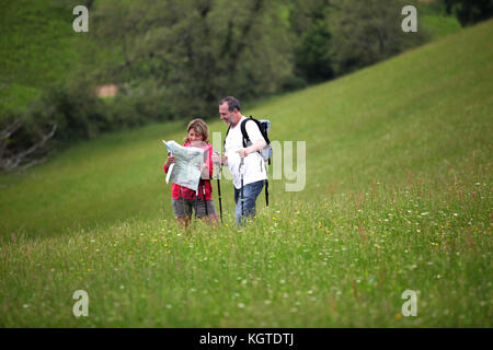 """Ältere Wanderer Lesen der Karte im Feld """"Land"""" - Stockfoto"""