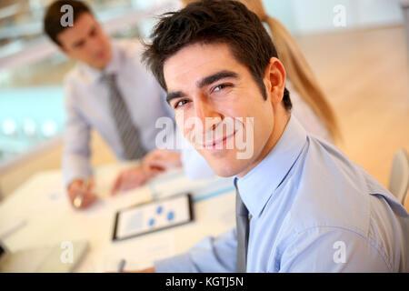 Portrait von fröhlicher junger Geschäftsmann - Stockfoto
