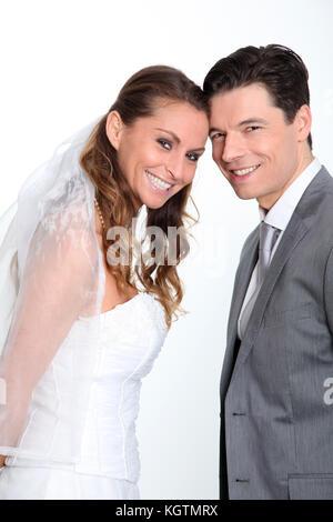 Braut und Bräutigam einander umarmen auf weißem Hintergrund - Stockfoto
