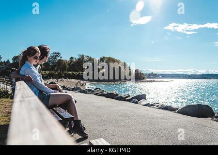 Foto von Paar auf einer Bank am Kitsilano Beach in Vancouver, Kanada Sitzen - Stockfoto