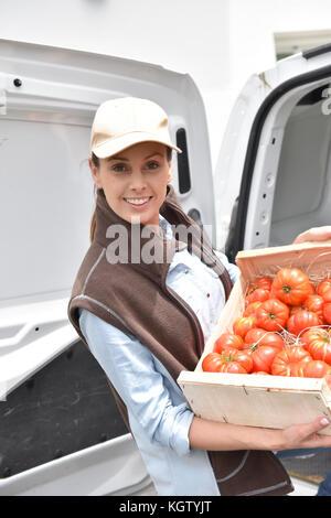 Freundliche Landwirt liefern frisches Gemüse - Stockfoto