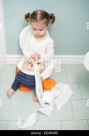 toilettentraining 3 jahre altes m dchen die ein erwachsener toilettengang die aus der nutzung. Black Bedroom Furniture Sets. Home Design Ideas