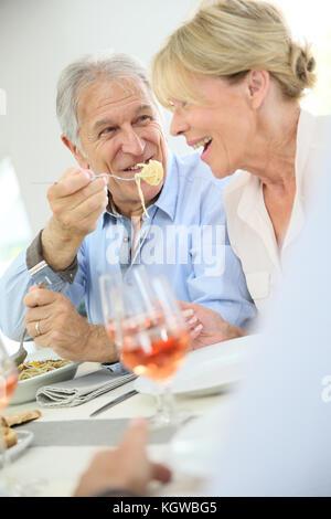 Senior Paar teilen Pasta zum Mittagessen - Stockfoto