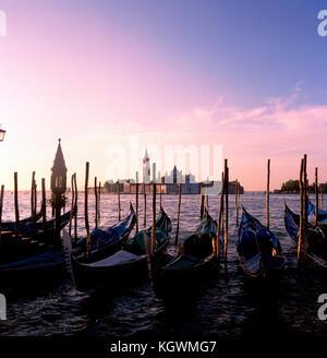 Blick über die Basilika di San Gorrgio Maggiore von Wasser in der Nähe von San Marco in Venedig - Stockfoto