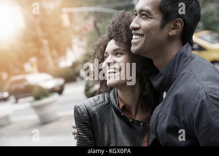 Ethnische Paar in new york city street - Stockfoto