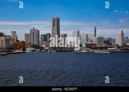 Die yokohama waterfront Skyline von Tokyo Bay gesehen - Stockfoto