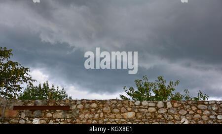 Ende Sommer Sturm Wolken über die Mauern einer alten baufälligen Bauernhaus in der Region Friaul im Nordosten Italiens - Stockfoto