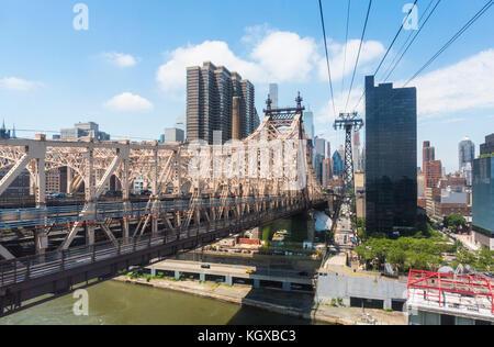New York USA New York ed Koch Queensborough Bridge über Roosevelt Island und dem East River Queens mit Manhattan New York USA Stockfoto