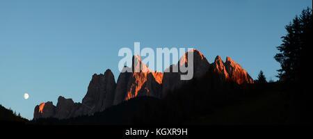 Die wunderschönen Dolomiten Gruppe von geisler bei Sonnenuntergang mit Mond im Naturpark Puez-Geisler - puez. Bozen, - Stockfoto