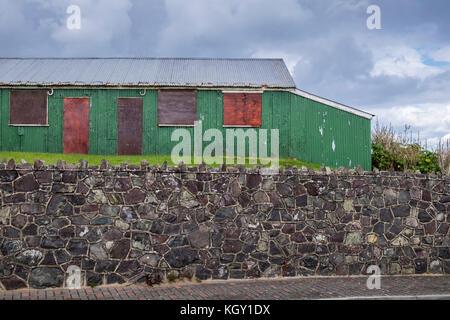 Wellblech vergossen, Zinn Hütte, Industriebrachen, mit Brettern vernagelt in laytown, County Meath, Irland - Stockfoto