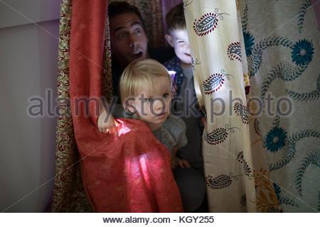 Vater und Kind Kinder versteckt im Zelt - Stockfoto