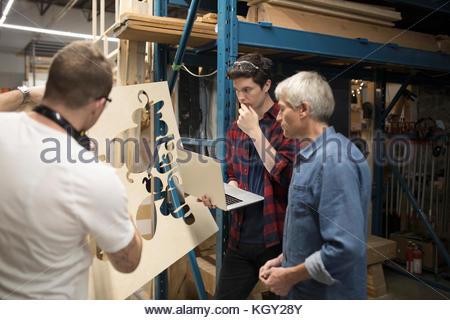 schweren m nnlichen ingenieur am telefon sprechen stockfoto bild 74605267 alamy. Black Bedroom Furniture Sets. Home Design Ideas