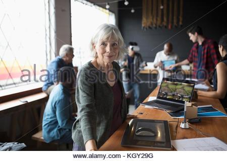 Portrait zuversichtlich, Senior Designer bei weiblichen Grafiktablett im Büro - Stockfoto