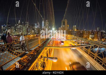 Brooklyn Bridge bei Nacht aus dem fußgängerweg fotografiert mit dem Financial District Skyline, New York City, NY, Vereinigte Staaten von Amerika, USA