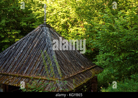 Holz- orthodoxe Kirche im Wald im Sommer, Russland - Stockfoto