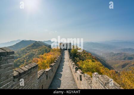 China die Große Mauer Fernsicht komprimierte Türme und wandsegmente Herbst in den Bergen in der Nähe von Beijing alte chinesische Festung militärischen l Stockfoto