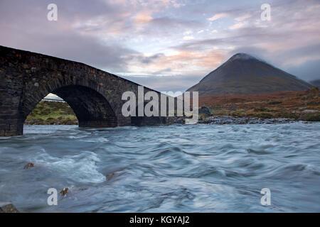 Glen sligachan Brücke auf der Isle of Skye in der Dämmerung - Stockfoto