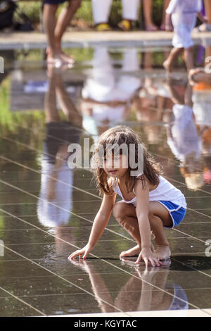 Nizza, Frankreich - August 2017: Menschen beim Spielen im Brunnen auf dem Hauptplatz von Nizza in Frankreich - Stockfoto