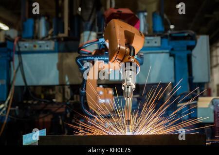 Orange Roboter schweißen in Car Factory - Stockfoto