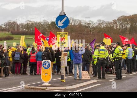 Blackpool, Lancashire, UK. 11 Nov, 2017. Bis zu 200 Demonstranten für Anti-Fracking Rallye & März, im Maple Farm - Stockfoto