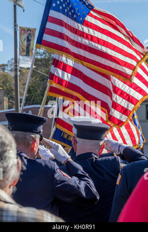 """Glen Cove, USA. 11 Nov, 2017. Veteran's Day Zeremonien sind jedes Jahr am 'Doughboy"""" Statue außerhalb des Glen Cove - Stockfoto"""
