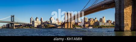 Panoramablick von Brooklyn Riverfront zwischen die Manhattan Bridge und die Brooklyn Bridge. Brooklyn, New York - Stockfoto