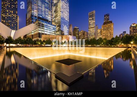 Im Norden einen reflektierenden Pool bei Dämmerung mit Blick auf das World Trade Center Tower 3 und 4 und die Oculus - Stockfoto