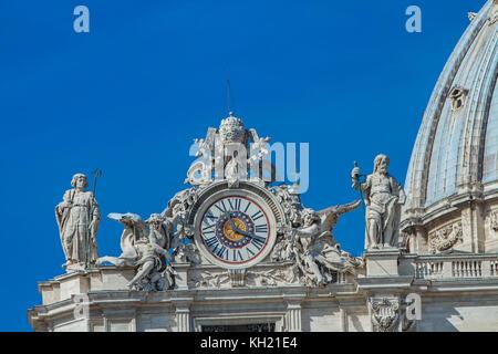 Uhr auf der Fassade der Basilika St. Peter im Vatikan, Rom, Italien - Stockfoto