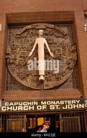 Eingang zur Kirche St. Johannes, das Kapuzinerkloster, gegenüber von Penn Station, New York City - Stockfoto