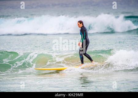 Ein surfer Fahrt eine Welle an der berühmten Bondi Beach Sydney, NSW, Australien - Stockfoto