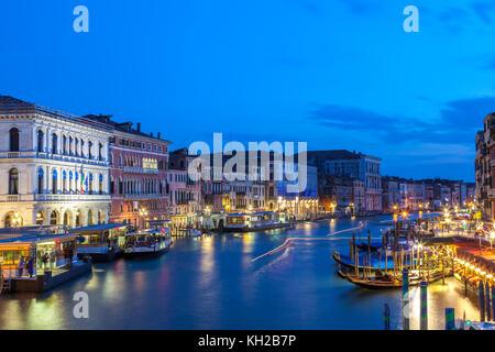 Blaue Stunde Blick in der Dämmerung auf den Canal Grande von der Rialtobrücke, San Marco, Venedig, Italien witj - Stockfoto