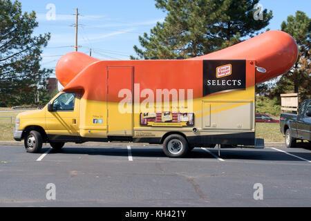 Einen Oscar Mayer wiener Wagen mit einem riesigen Hot Dog fördernden Fahrzeug auf einem Parkplatz in Secaucus New - Stockfoto