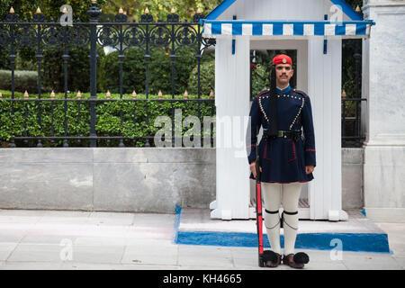 Athen, Griechenland - November 3, 2017: Griechische Präsidentengarde, evzones, vor der griechischen Präsidentenpalast - Stockfoto