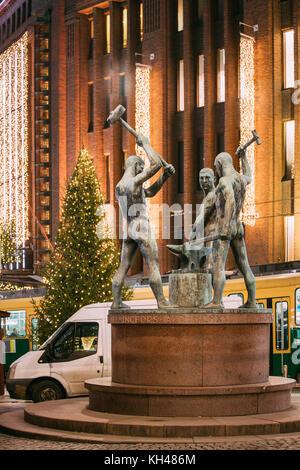 Helsinki, Finnland - 7. Dezember 2016: Nacht Blick auf berühmte Skulptur Gruppe drei Smiths Statue in Abend oder - Stockfoto