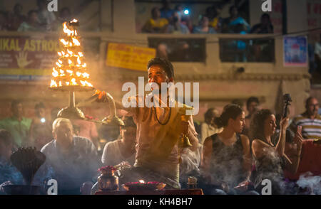 Varanasi Ganga Aarti Zeremonie Rituale hinduistischen Priestern in Dashashwamedh Ghat in Varanasi, Indien durchgeführt. - Stockfoto