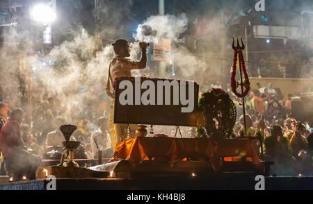 Varanasi Ganga Aarti Zeremonie Rituale hinduistischen Priestern in dashashwamedh Ghat in Varanasi, Indien. - Stockfoto