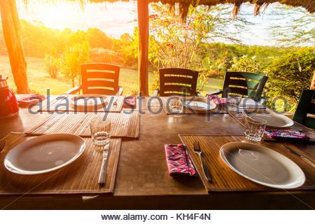 Tisch für das Frühstück auf der Terrasse. - Stockfoto