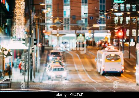 Natürliche defokussierten Blau bokeh boke Hintergrund in der Nacht den Verkehr in der Straße der europäischen Stadt. - Stockfoto
