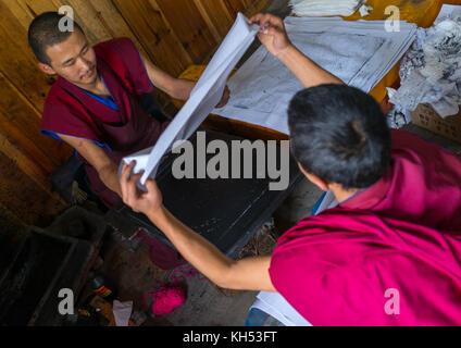 Tibetische Schrift aus Holzblöcken im Kloster den traditionellen Druck Tempel gedruckt, Provinz Gansu, Labrang, - Stockfoto