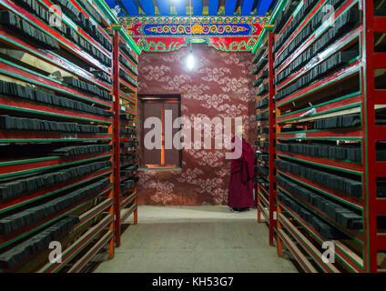 Tibetische Schrift aus Holzblöcken in Barkhang Bibliothek gedruckt, Provinz Gansu, Labrang, China - Stockfoto