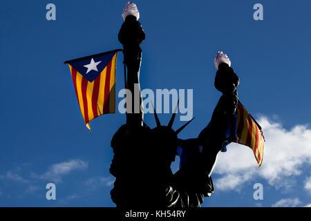 Freiheit, ein Dalí-inspirierte Bronze der Lady Liberty hält zwei Fackeln, Cadaques, Spanien. - Stockfoto