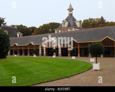 Die Ställe der Palast Het Loo in Apeldoorn, Gelderland, Niederlande, wo die Oldtimer und Kutschen der holländischen - Stockfoto