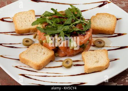 lachs tatar lachstartar gehackten salat mit avocado und frischen isoliert auf wei em. Black Bedroom Furniture Sets. Home Design Ideas