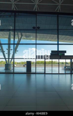 Flughafen Zagreb - 24. April 2017: Silhouette der Haupteingang zum Flughafen. - Stockfoto