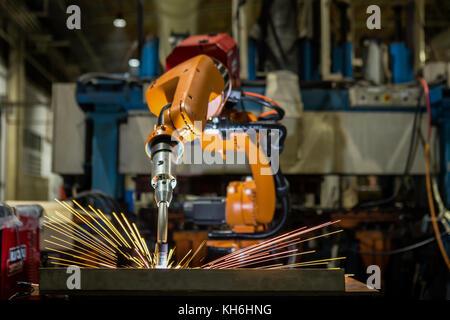 Orange Industrieroboter ist Schweißen assemblycar Teil im Werk - Stockfoto