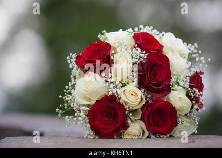 Brautstrauss Weisse Und Rote Rosen Stockfoto Bild 165493636 Alamy