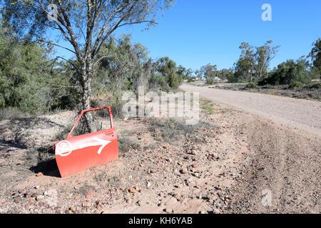 Schotterpiste des Roten Auto Tür Tour im Opal Felder, Lightning Ridge, New South Wales, NSW, Australien - Stockfoto