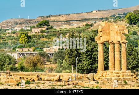 Der Tempel von Castor und Pollux im Tal der Tempel in Agrigent - Sizilien, Italien - Stockfoto
